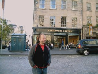 Andi vorm Starbucks in Edinburgh